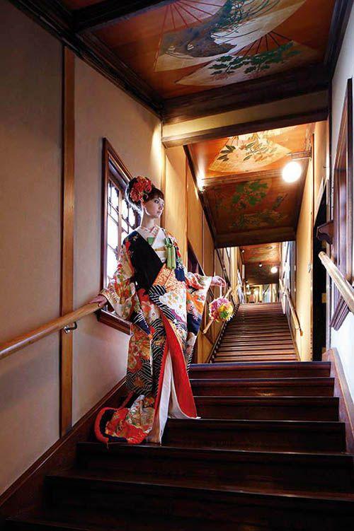 """東京都の指定有形文化財「百段階段」で記念撮影できる目黒雅叙園。 Photo taken designation tangible cultural property of Tokyo in the """"hundred-step staircase."""""""