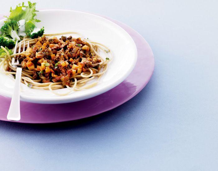 Spaghetti Bolognese er en klassiker. Vi smugler en masser grøntsager i sovsen for en endnu bedre smag. Og så er det endda 100% sund velsmag!