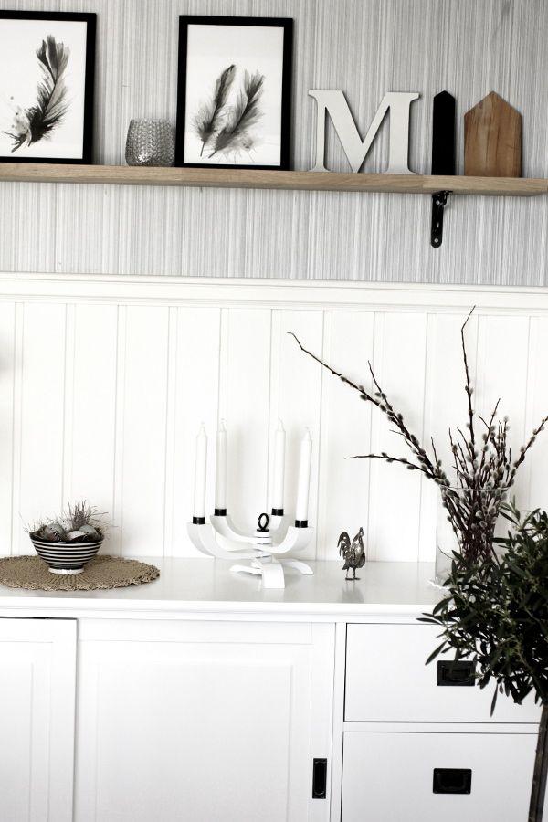 nordic light ljusstake, vit ljusstake i matsalen, olivträd, rif design, svartvit randig skål, vit skänk, design Stockholm House, vit bröstpanel i matsalen, vardagsrum i vitt, vit ljusstake design Stockholm house