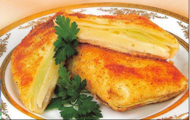 Очень простое и вкусное блюдо из разряда «Из того, что под рукой» — конверты из капустных листьев, жаренные в панировке. Капустные листья готовим, как на голубцы: среднюю капусту разбираем на […]