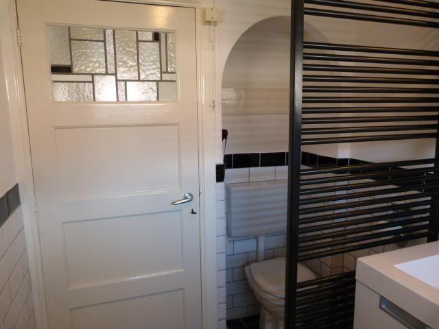 Wegens wijzigingen in de werkzaamheden opnieuw geplaatst.  Kleine badkamer 1,77 x 3 m: •         +/-9 m2 wand tegelen + voegen tegels •         Plaatsen badkuip •         Plaatsen inbouwtoilet •         +/- 5m2 vloer tegelen   Toilet 1m2: •       3,5 m2 wand tegelen •       Plaatsen inbouwtoilet •       +/- 1m2 vloer tegelen   Badkamer uitgewerkt: •       Tot plafond betegelen kleine badkamer met metrotegels (momenteel is badkamer tot minimaal 1,40 en maximaal 1,90 betegeld met...