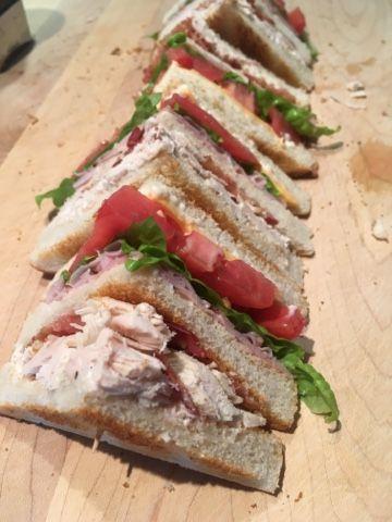 Une idée très très simple!   Un bon club sandwich maison avec des frites maison.   Salade du jardin  Tomates  Poulet  Jambon en tranche  Bac...