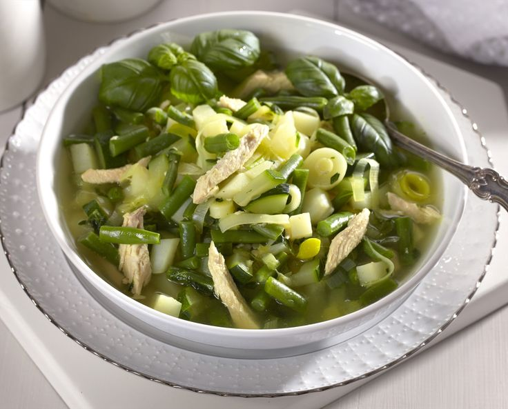 En deilig vårgrønn minestronesuppe med smaker fra purre, squash, basilikum og timian.