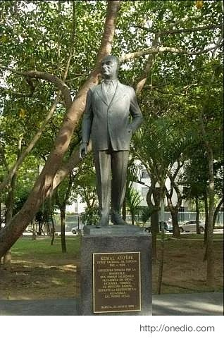 Venezuela'nın başkenti Caracas'ta bulunan bir parktaki heykelin altında ''Modern Türk Devletinin kurucusu Kemal Atatürk'' yazısı bulunmaktadır.