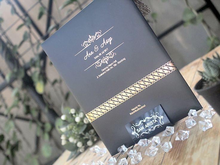 Although it looks simple but elegant and luxurious .. all this custom made by you !! 🌹🌹❣❣ . . . #wedding #invitation #card #elegant #simples #mewah #cantik😍 #cantikalami #beatiful #photographer #photography #artwork #art🎨 #black #gold #indonesia #bandung #pinterest #infibdg #info_bdg #infobandung #undanganpernikahan #weddinginvitationcard #weddingplanner #weddingorganizer #bandungjuara #infobdg_ #blackgold #elegant #undanganpernikahan #undanganpernikahanmurah #undanganpernikahanbandung