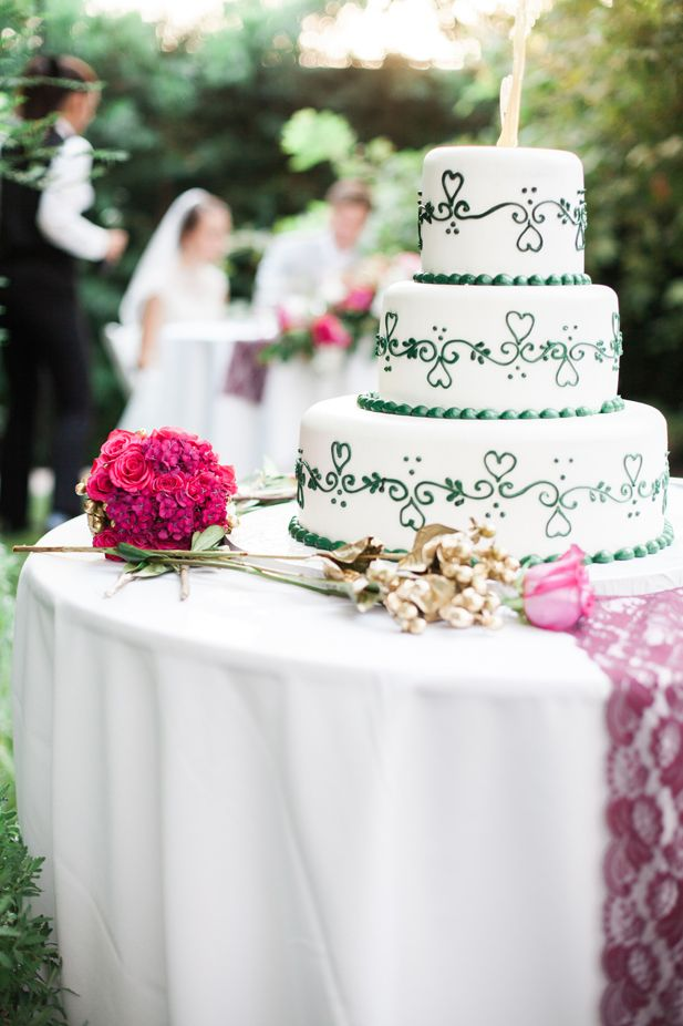 Simple wedding cake ideas with piped heart details | Jessica Grazia Mangia Photography | See more on My Hotel Wedding: https://www.myhotelwedding.com/blog/2016/11/11/north-hollywood-garden-wedding-garland/