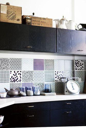 Si quieres darle un toque más desenfadado a tu cocina, una buena idea es colocar azulejos de diferentes diseños que combinen entre sí.