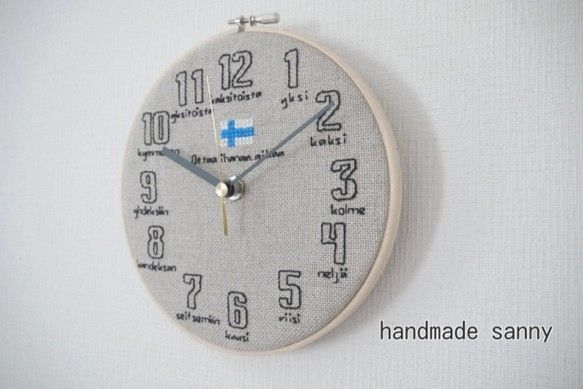 ナチュラルなリネン生地にすべて刺しゅうで仕上げたシンプルな掛け時計です。フレームは刺しゅうの木枠をそのまま活かしています。数字の下にフィンランド語の数字読み1...|ハンドメイド、手作り、手仕事品の通販・販売・購入ならCreema。
