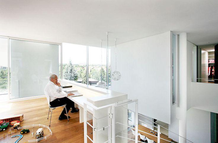 Zeitlose weiße Villa am Hang: Umlaufende Galerie mit Ausblick ...