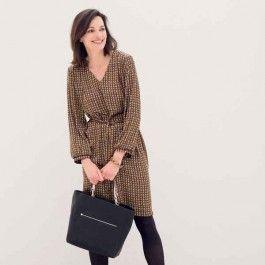 Deze rechte jurk met V-hals ziet er heel classy uit door het chique grafisch dessin. Het model heeft iets extra's doordat het achterpand van een zwarte tricot is gemaakt. Dezelfde jurk volledig in zwart uitgevoerd, krijgt een stoeren uitstraling.
