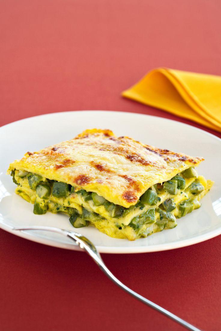 Se cerchi un primo piatto perfetto per la domenica e i giorni di festa, scopri la deliziosa ricetta della lasagna allo zafferano con gli asparagi di Sale&Pepe.