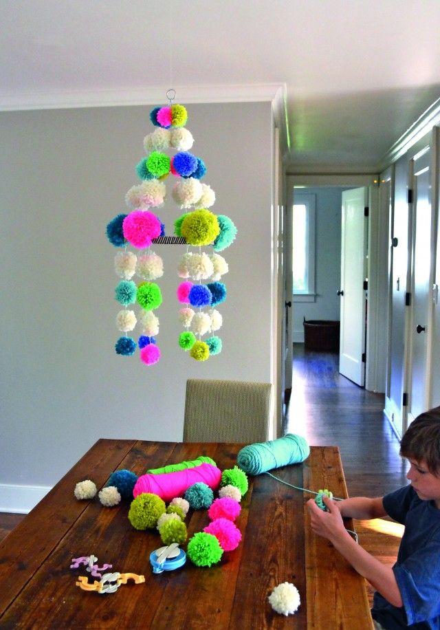 """Lag en """"lysekrone"""" av pomponger. Passer ypperlig på barnerommet, eller som en uro i stua."""