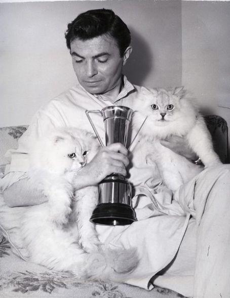 James Mason rodeado de gatos.