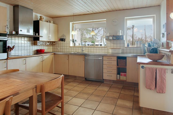 Rummeligt køkken i åben forbindelse med spisestue og stue. Induktionskogeplader, Thermex emhætte med timer-funktion, varmtluftsovn med pyrolyse, opvaskermaskine.
