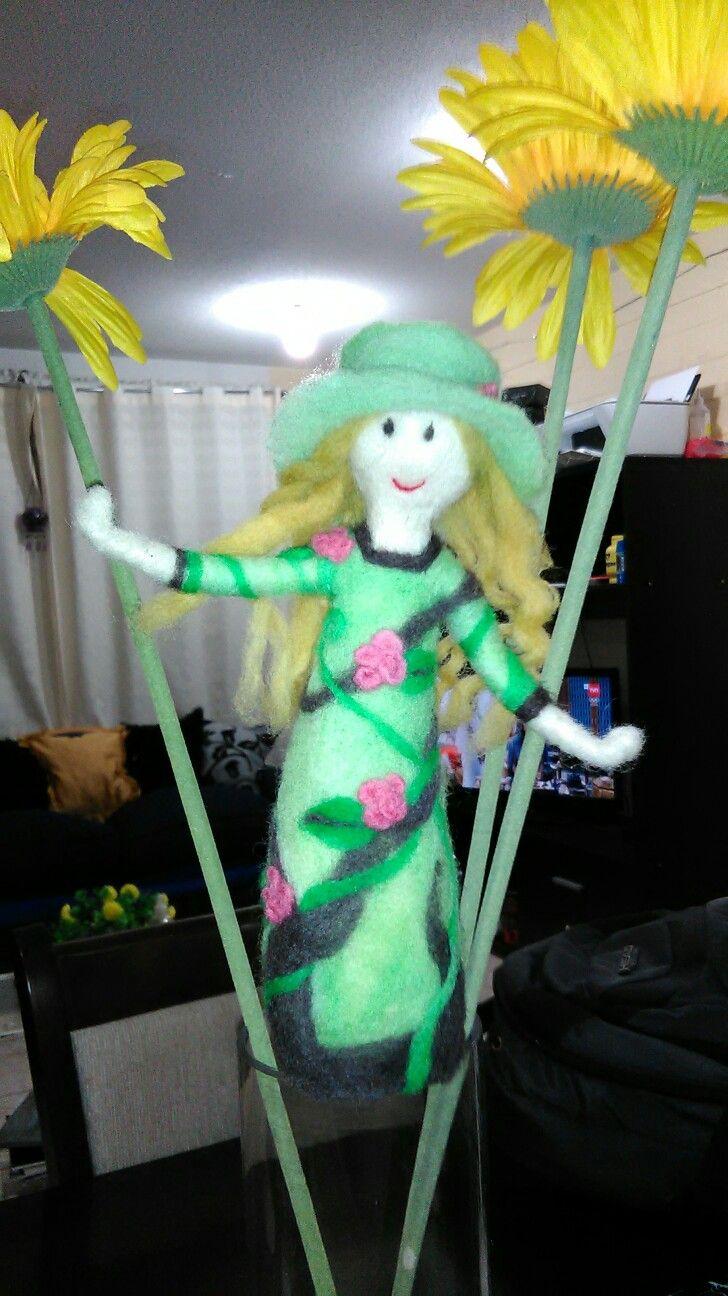Muñeca hecha en bellon con tecnica de agujado, estilo en el bosque