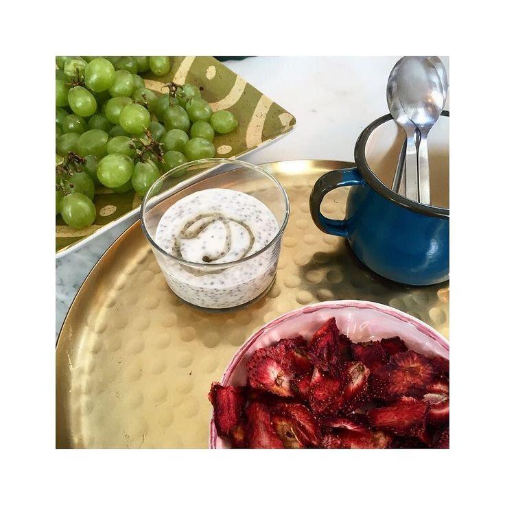 Chia pudding . Yetenekli arkadasim @azrabaydar in elinden blueberry'li chia pudding. İcinde hindistancevizi sutu chia tohumlari ve blueberry var. Uzerinde de cok az agave surubu. Yanindaki guzellik de tam bir saglikli atistirmalik! Kuru cilek.Aksamustu acikmalarina (veya kahvalti icin) super cozum. . #chiapudding #chiatohumu #sekersizsutlac #sagliklibeslenme #sagliklitarifler #hindistancevizisutu #bademsutu #agave #vegan #cigbeslenme #saglikliyasam #diyetteyim #diyet #dengelibeslenme…