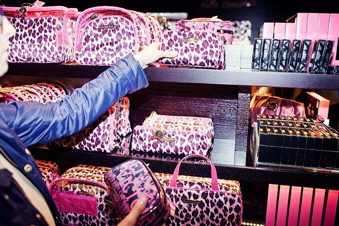 Färgglada väskor i nya Victoria´s secrets-butiken i Stockholm.