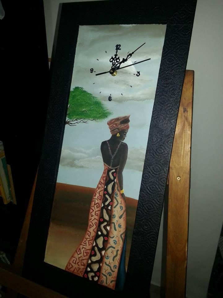 Reloj incorporado a cuadro con africana. Marco texturado.