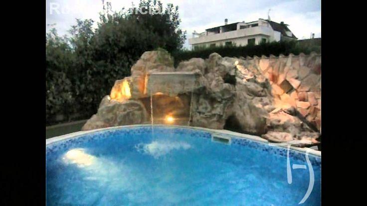 Roccia artificiale con cascata su piscina esterna