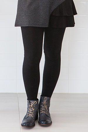 Legging long uni noir en coton bio et spandex. Un passe-partout dont on ne peut se passer car il est tellement confortable! Ce legging s'agence avec nos tuniques, robes et jupes. Le tissu de ce legging est tricoté à Montréal! www.rienneseperd.com