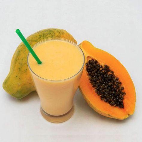 Smoothie de coco y papaya La papaya no sólo es rica en vitaminas A, C y E, sino también en fibra. Así que, mézclalo con leche de coco y otras frutas. Ingredientes: ½ taza de leche de coco, ½ taza de papaya, ½ de platano, ¼ taza de piña, 1 cucharada de soya en polvo y sabor a vainilla, 1 cucharada de miel, 5 cubos de hielo.