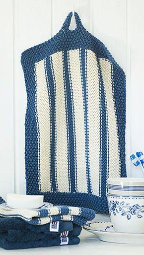 Blå- og hvidstribede strikkede håndklæder til gæsterne. De er både søde og sommerlige til badeværelset i sommerhuset.