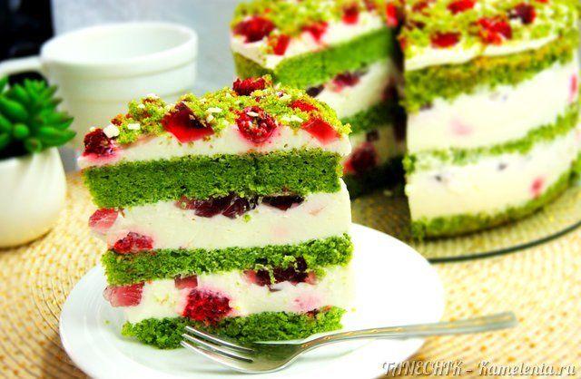 """Яркий, эффектный, незабываемый... Торт """"Изумрудный бархат"""" равнодушным никого не оставит: насыщенный бисквит, кстати, абсолютно натуральный (в отличие от """"Красного бархата""""), воздушный сливочно-йогуртовый крем, ягоды и кубики желе дают прекрасное сочетание!"""