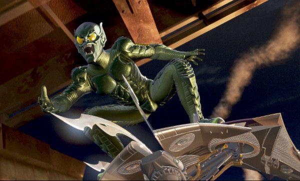 Duende Verde (Homem-Aranha - 2002)   Olhe bem para o visual do maior inimigo do Homem-Aranha. Vendo hoje, você consegue não achá-lo horrível? Ele parece um gafanhoto misturado com alguma alegoria de escola de samba. Não dá para levar a sério.