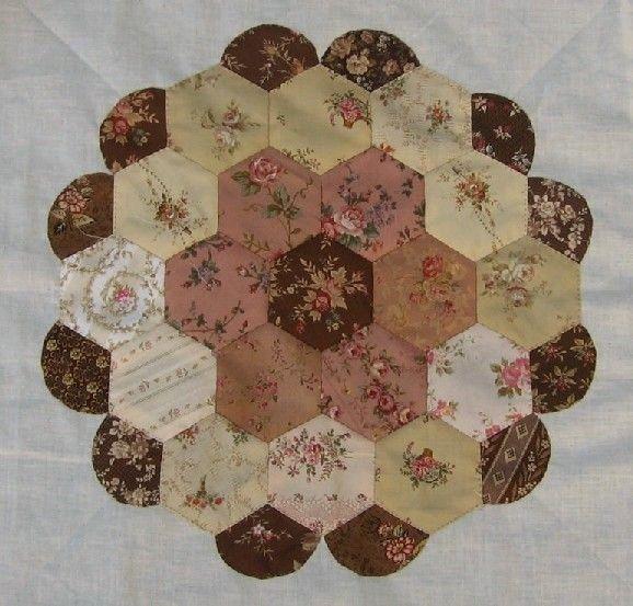 Ce sera le printemps! Alors profusion de petites fleurs.... Un nouveau petit bouquet pour débuter la partie 8 du Bom d'Esther Aliu... Puis, encore des hexagones agrémentés de festons... ...emprunté...