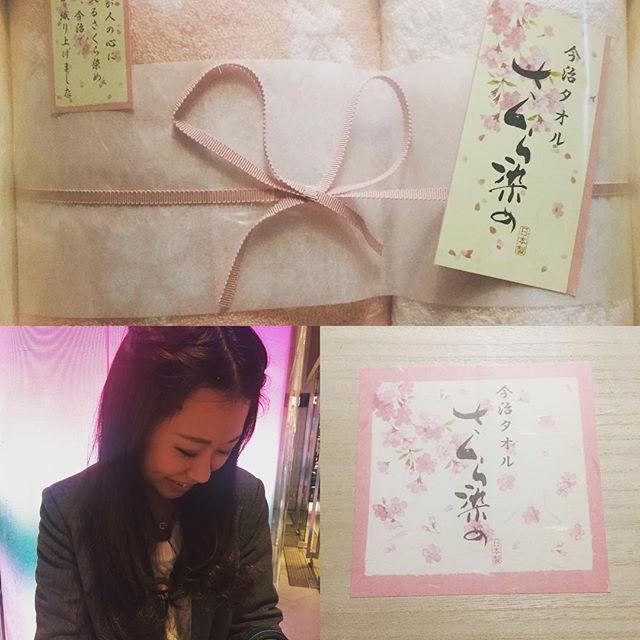 【sakuran0112】さんのInstagramをピンしています。 《よねをから内祝いとして、今治タオル🌸さくら染め🌸が届いた♡ 改めて結婚おめでとう🎉㊗️ 10月の結婚式も最高でした❤️ #wedding💍 #present #love #japan #cherryblossom #sakura #よねを #ありがとう #内祝い #お返し #桜 #今治タオル #可愛い #結婚 #おめでとう #前だけど》