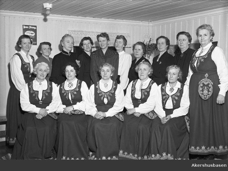 Flott bilde, med Mormor i 1. rekke!! Tror dette er dame-koret på Habberstad, dirigenten står i midten i bakre rekke.
