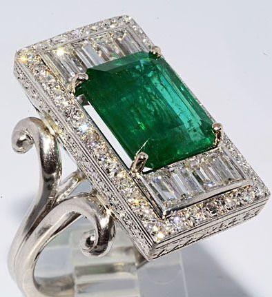 Art Deco Anillo de esmeralda africana y diamantes sobre platino