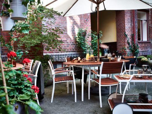 Nyhet ur sommarsortimentet 2014: I serien VINDALSÖ ingår karmstol, matbord och en serveringsvagn. Stommen är tillverkad av rostfritt aluminium, vilket gör den stadig, lätt och underhållsfri och träet är laserad, massiv eukalyptus.