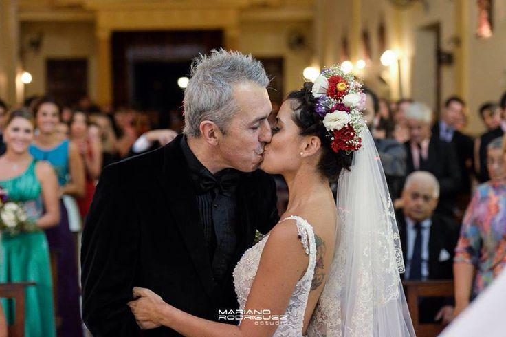 El beso !!!!! Novia con corona de flores.  Marisa Campanella