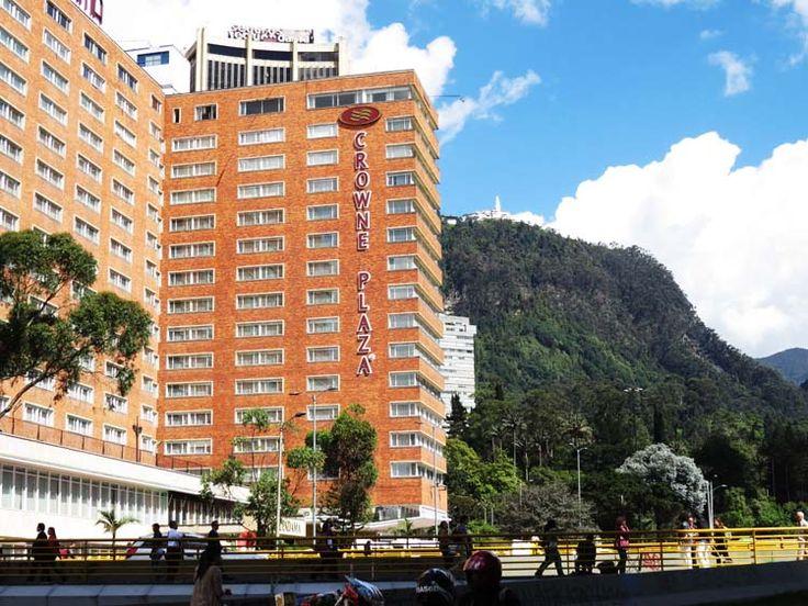 4. Hotel Crowne Plaza Tequendama y Monserrate al fondo.