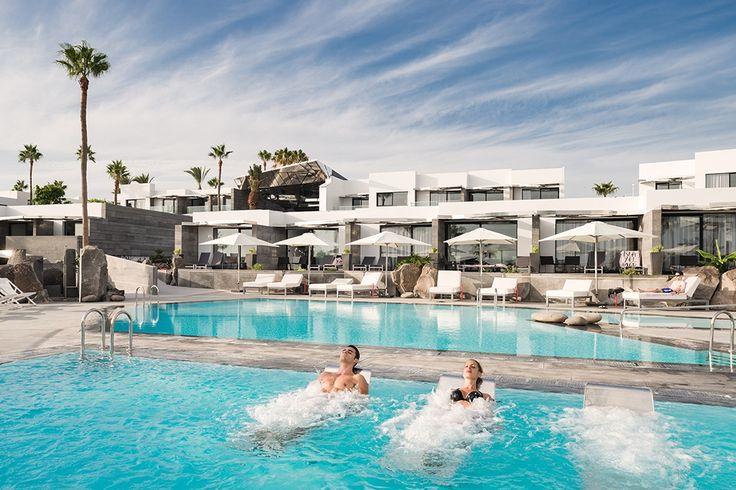 Description: Kleinschalig hotel met prachtig design uitstekende service & faciliteiten en een super ligging Grandioos design & luxe bij de vleet Ben je grenzeloos aan het speuren naar een buitenissig logeeradresje op Lanzarote wat zich vertaalt in een grandioos design luxe bij de vleet en een weergaloze service wel dan heb je bij deze La Isla y El Mar Boutique Hotel gevonden. De riante inrichting het fantastische aanbod aan faciliteiten en het magistrale zicht op zee maken dat je hier op…