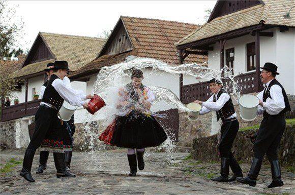 Hollókő. Húsvéti locsolkodás. Hungary