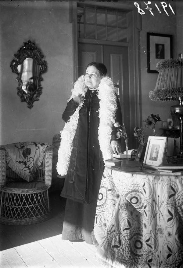 Maria Amália Vaz de Carvalho, em 1911, em Cascais (Foto: Arquivo Municipal de Lisboa)