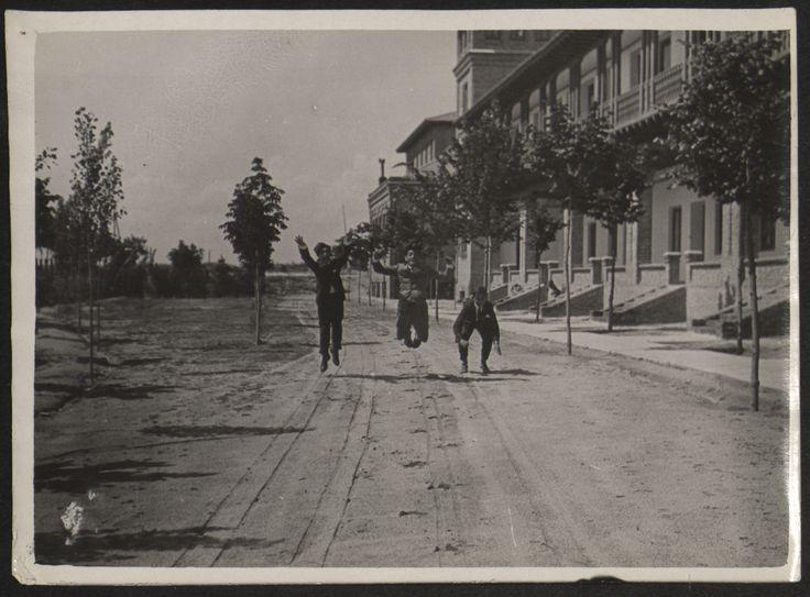 Fotografías Personales: Luis Buñuel y dos amigos saltando en los jardines de la Residencia de Estudiantes. Copia de gelatina. http://aleph.csic.es/F?func=find-c&ccl_term=SYS%3D000125538&local_base=ARCHIVOS