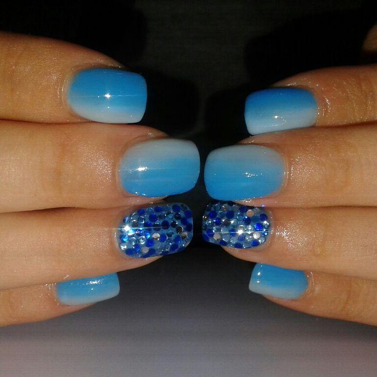 Unghie gioiello... gel azzurro e blu sfumato, con strass blu e argento