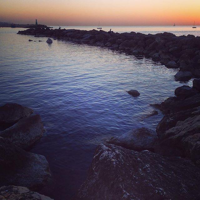 Штиля всем вам. Доброй ночи.  #telaviv #winterisnotcoming #israel #winter #beach #sea #stones #sky #port #travelgram #goodweather #february #goodday #evening #sunset #тельавив #израиль #зима #пляж #море #камни #порт #день #отличнаяпогода #февраль #закат #вечер