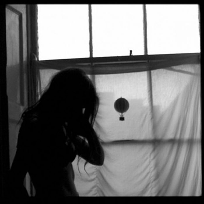 Όταν κοιταζόμαστε στα μάτια διαλύονται όλα και μένουμε στο χάος. Πέφτουν οι ματιές, σκύβουν τα κεφάλια, γυρνάμε τις πλάτες…| Της Γιώτας Μάρκου | The Machine.gr