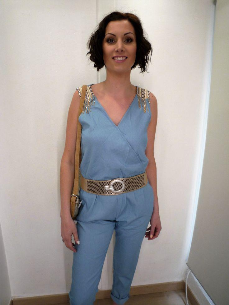 Combinaison/combipantalon femme, couleur bleu jean, marque Daphnea, avec broderie beige dorée sur les épaules à retrouver sur www.dressingenchanteur.fr et à la boutique MA PETITE FOLIE à Saint-Etienne (42000)
