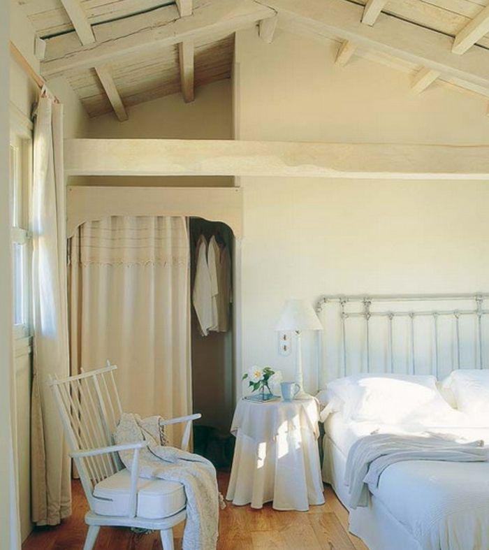 Les 25 meilleures id es de la cat gorie plafond en pente de chambre coucher sur pinterest for Chambre sous toiture