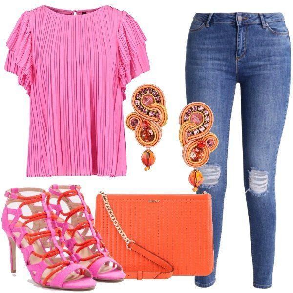 Jeans slim fit con tasche posteriori e laterali abbinato a camicetta in rosa con scollo tondo e chiusura con bottone. Il sandalo è in tessuto con tacco a spillo e con chiusura con fibbia, la tracolla è in arancio ed è in pelle; per finire gli orecchini bellissimi hanno cristalli colorati.
