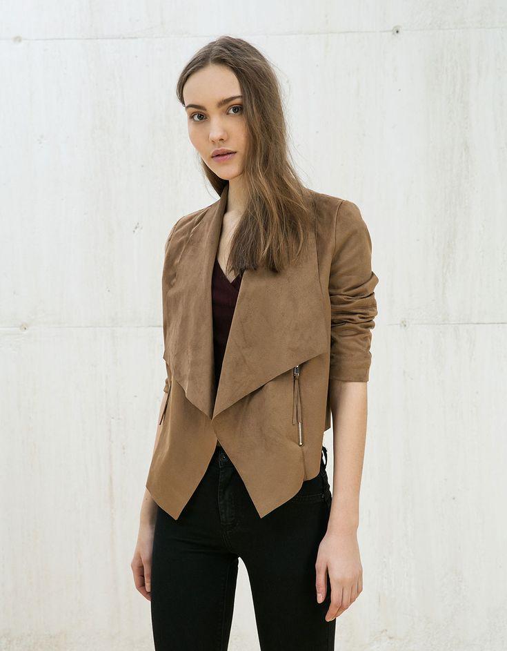 Cazadora polipiel combinada con antelina. Descubre ésta y muchas otras prendas en Bershka con nuevos productos cada semana