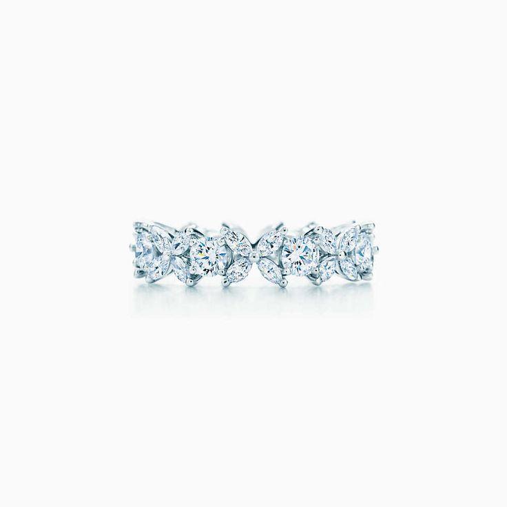Anel Alternating™ Tiffany Victoria em platina com diamantes.