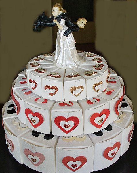 Hochzeitskuchen aus Papier für ein Geldgeschenk. Wedding cake of paper for a money gift.