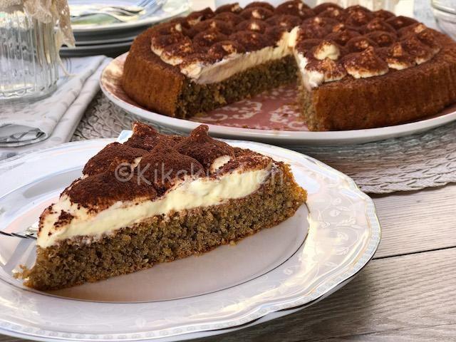 La crostata morbida al tiramisù è una rivisitazione del classico tiramisù dove i savoiardi vengono sostituiti da una crostata morbida al caffè.