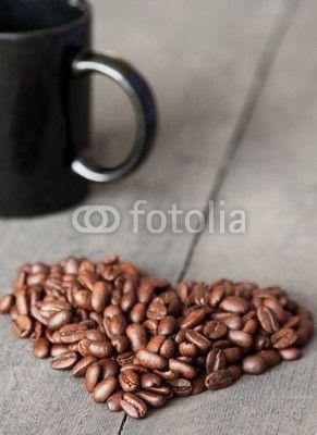 Kaffebohnenherz mit Tasse